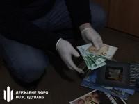 В Запорожье сотрудник военкомата требовал валютную взятку за выдачу военного билета