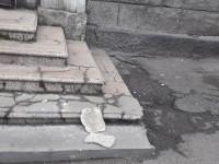 Со стены дома возле остановки на Металлургов отвалились куски штукатурки (Фото)