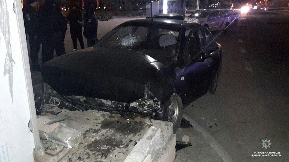 В центре Запорожья парень ранил водителя такси и попытался угнать его авто (Фото)