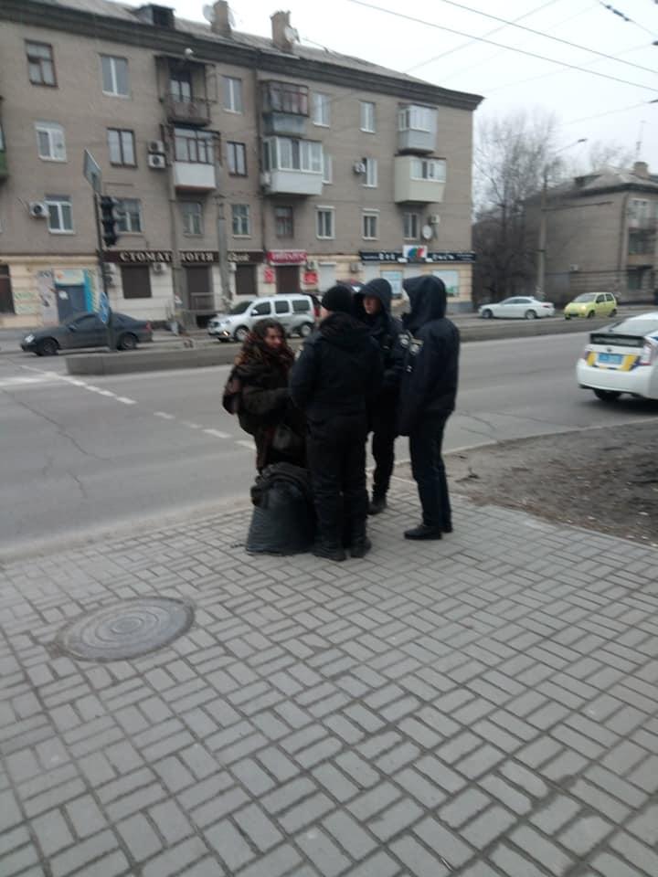 На активистов в центре Запорожья набросилась женщина с ножом