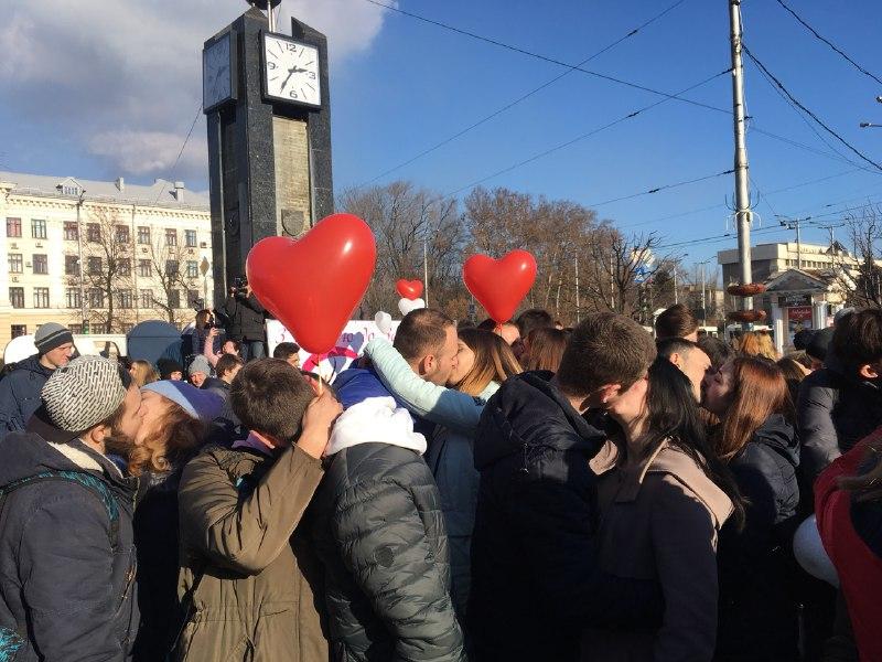 Толерантный ЗАГС и затянувшийся конкурс с поцелуями: как в Запорожье отметили День влюбленных (Фото)