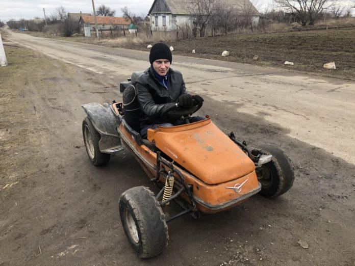 В Запорожской области тракторист передвигается по селу на уникальном квадрамотоцикле (Видео)