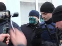 Запорожский суд пока не смог наказать мужчину, облившего зеленкой изображение Вилкула – нет свидетелей
