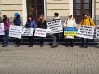 Под мэрией против вакцинации школьников митингует десяток запорожцев