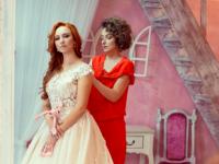 Дизайнер-самоучка из Запорожской области подбирает платья для израильских невест