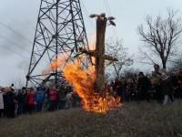 В Запорожье чучело зимы сожгли под бой барабанов (Фоторепортаж)