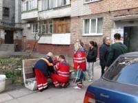 Запорожский пожарный забрался через балкон в горящую квартиру, чтобы спасти старушку  (Видео)