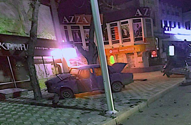 В Мелитополе пьяный полицейский врезался в припаркованное авто и вылетел на тротуар
