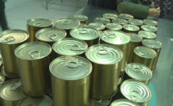 В Запорожской области отказались от почти 100 тыс. банок тушенки, которую отдавали даром