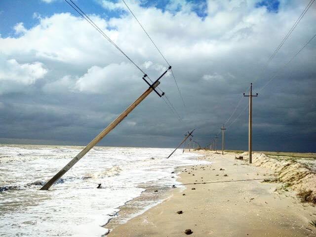 За Кирилловкой море вышло из берегов, подмыв электрические столбы (Фото)