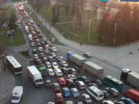 Перед плотиной ДнепроГЭС образовалась огромная пробка (Видео)