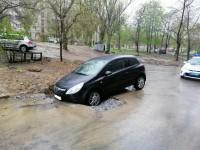 Отремонтировали: во дворе запорожской многоэтажки авто провалилось в яму