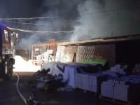 Несколько десятков спасателей тушили пожар на складе по производству плитки