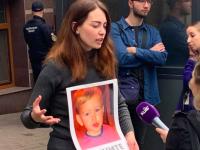 Запорожанка сутками дежурит под посольством, где удерживают ее похищенного сына