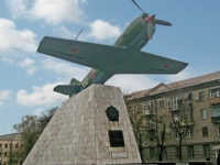 В Запорожье студент упал с памятника летчикам, делая селфи