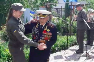 Запорожский ветеран отметил 101-ый День рождения, танцуя вальс