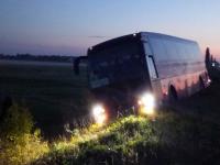 Автобус «Киев-Запорожье» снесло в кювет: пассажиры считают, что водитель уснул
