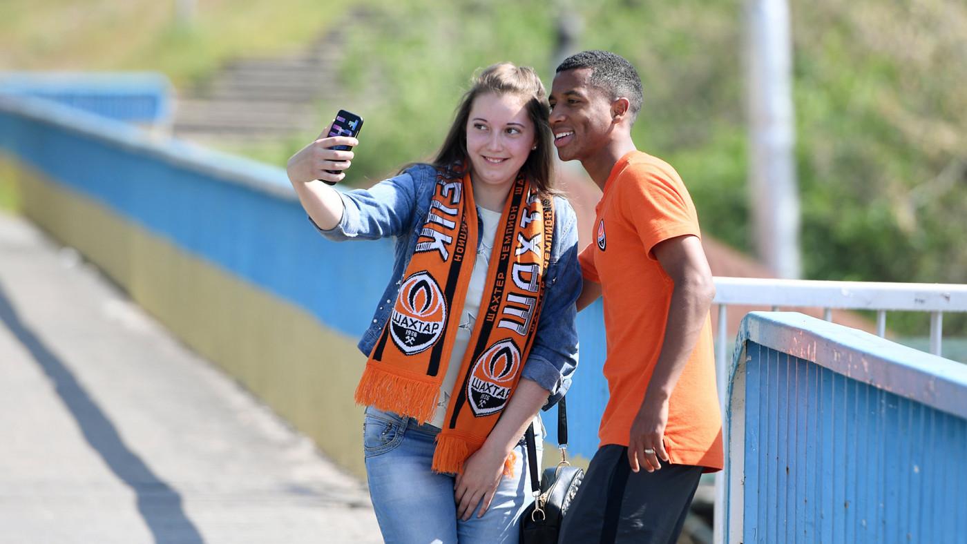 """Игроки донецкого """"Шахтера"""" прогулялись по Запорожью и сделали десятки фото с фанатами"""