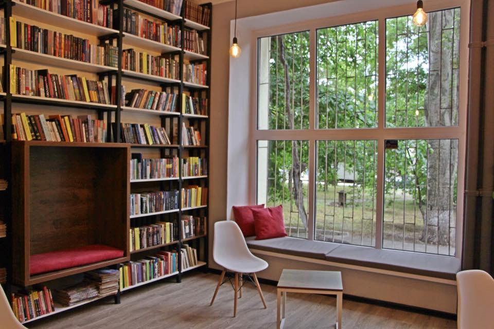 """""""Какая она уютная"""": в старой части Запорожья отреставрировали библиотеку (Фото)"""