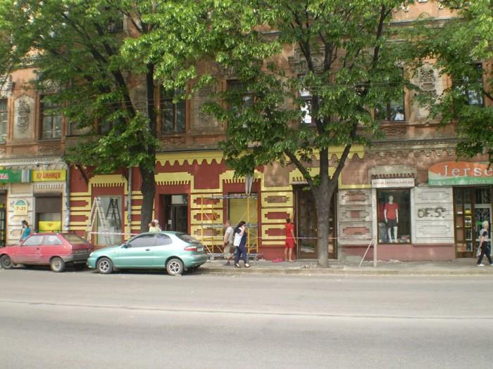 """В старой части Запорожья самовольно покрасили в """"веселые цвета"""" историческое здание"""