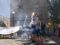 «Кто заказал Катю Гандзюк?»: в Запорожье и Бердянске зажгли фаеры на протестных (Фото) акциях