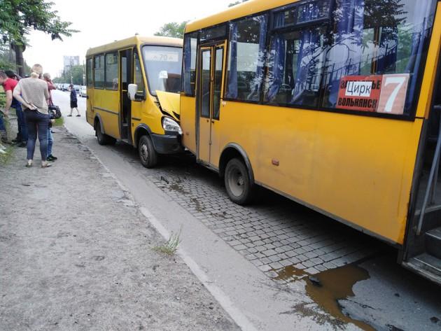В промзоне Запорожья столкнулись две маршрутки – есть пострадавшие