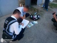 Полицейского задержали на крупной долларовой взятке, которую он требовал от военного