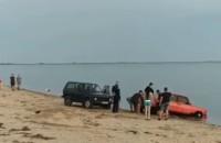 На запорожском курорте машина застряла в песке