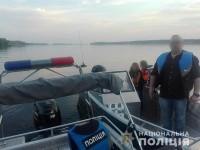 Семья из Запорожья застряла посреди Днепра на сломавшемся катере