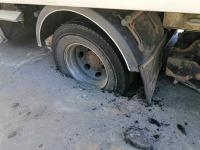 В Энергодаре грузовик провалился в яму на дороге, которую недавно чинили