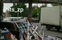 В центре Запорожья политический билборд упал на автомобиль (Видео)