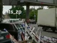 В центре Запорожья  билборд с политрекламой упал на автомобиль (Видео)