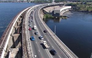 На плотине и мостах в Запорожье ограничили движение грузовиков