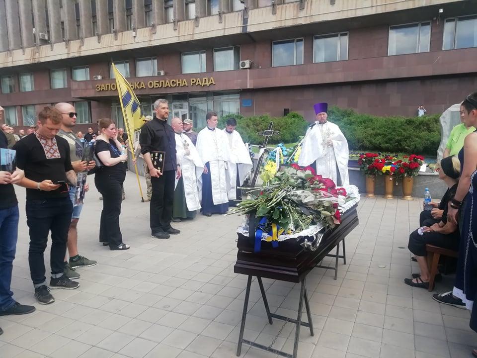 """4 года на войне: В центре Запорожья на коленях простились с замкомандиром """"Азова"""""""