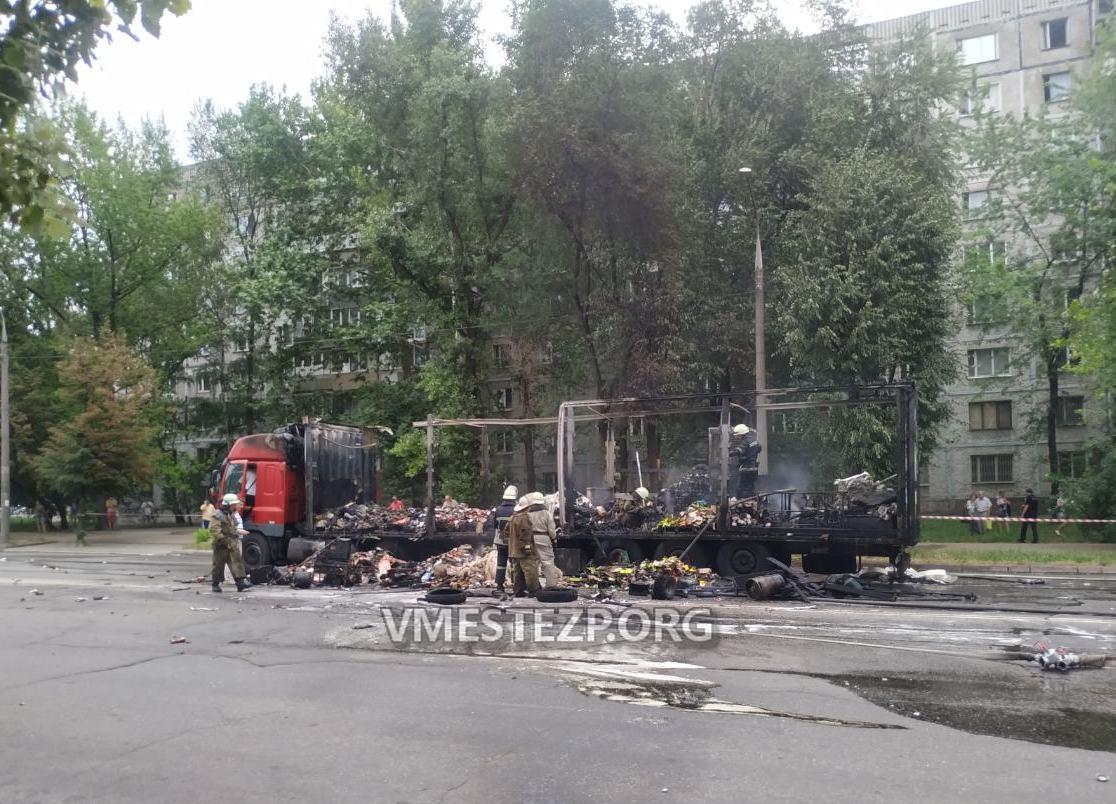 Огонь уничтожил все: Сгоревшая фура в Запорожье принадлежала службе доставки  (Фото)