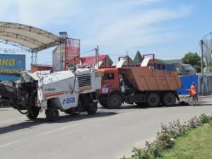 В Кирилловке расширяют проспект, ведущий к автовокзалу, и заделывают ямы