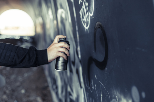 В Запорожье несовершеннолетний повредил 10 билбордов с политической агитацией