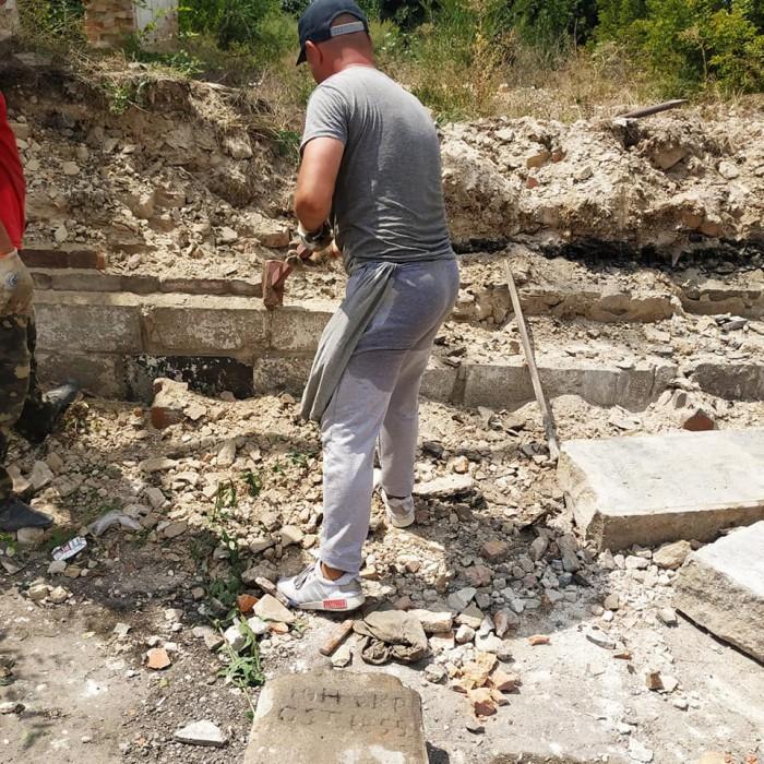 На Хортице обнаружили меннонитские надгробия, спрятанные в фундаменте (Фото)