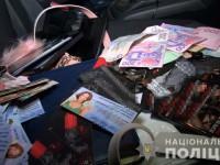 Высокодоходная работа: организатора борделя задержали в машине с деньгами и листовками (Видео)