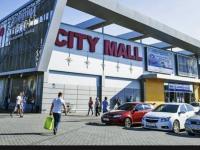 Мать подростка, парковавшего авто перед торговым центром за деньги, вызвали в суд