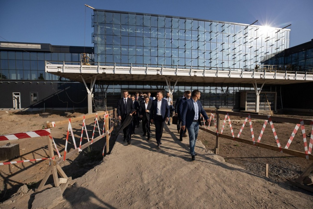 """Зеленский поручил закончить новый терминал аэропорта """"Запорожье"""" к декабрю"""