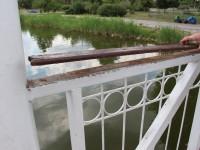 Вандалы разгромили мостик в запорожском парке (Фото)