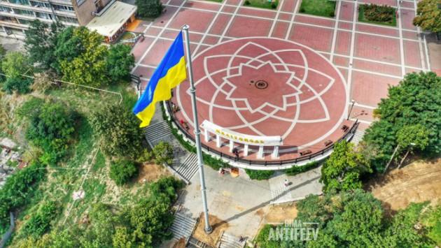 В Мелитополе установили самый высокий флагшток в области