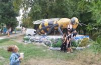 В Запорожской области в центральном парке установили огромный памятник пчеле