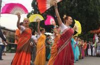 «Хари кришна»: очередь за бесплатной едой и красочные танцы: как в Запорожье прошел индийский фестиваль (Фоторепортаж)