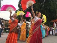 «Харе кришна»: очередь за бесплатной едой и красочные танцы: как в Запорожье прошел индийский фестиваль (Фоторепортаж)