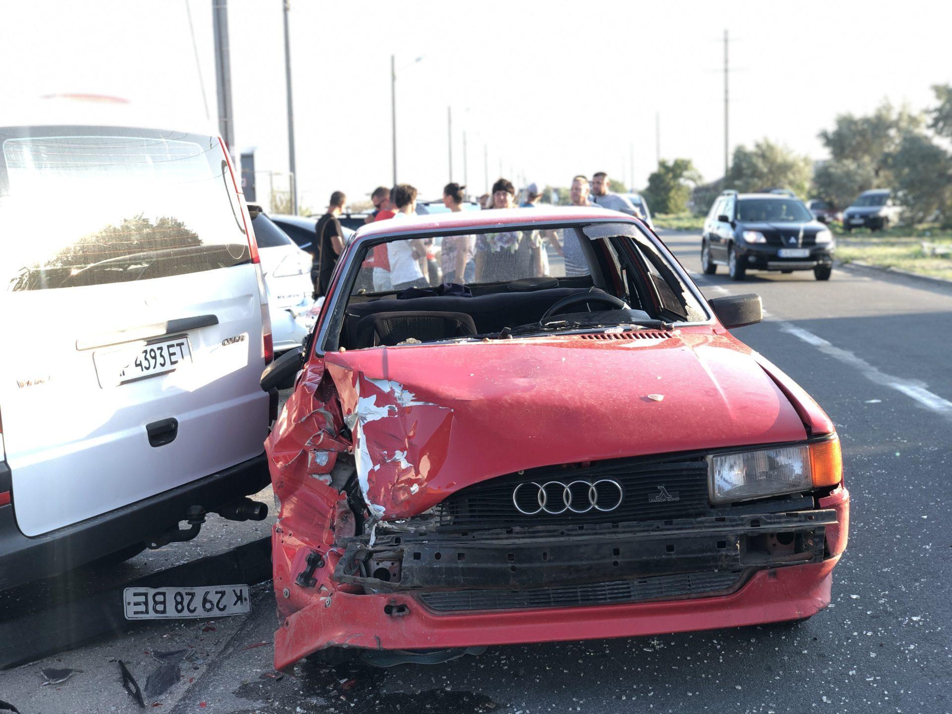 """В Бердянске водитель """"Ауди"""" врезался в три припаркованных авто и сбил семью"""