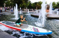 В центре Запорожья устроили заплыв на SUP-борде прямо в фонтане (Фото)