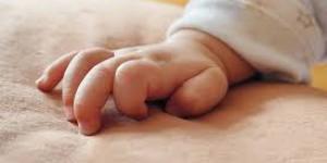 Запорожанка уронила ребенка, пока переодевала
