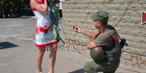 Запорожский военный встал на колено перед возлюбленной сразу после возвращения из зоны АТО